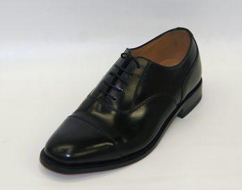202B model is a leather oxford toe cap shoe by Loake seen here in oblique view. At Mark Kendall Shoes Wellington.